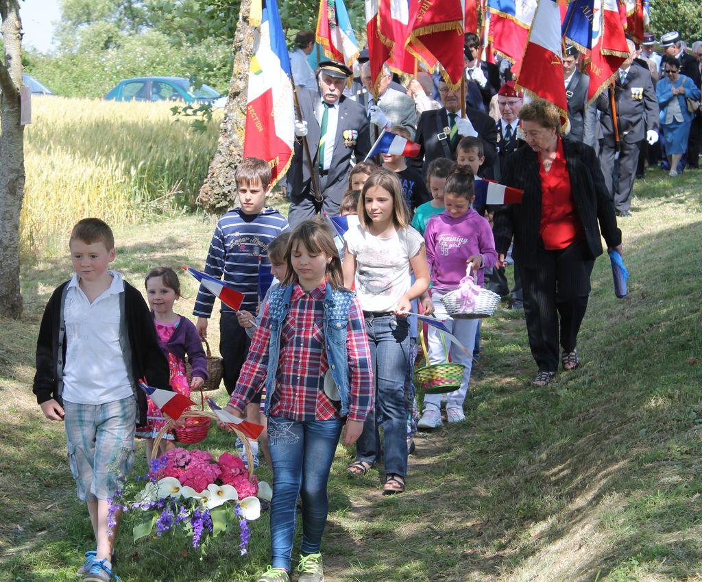 Les porte-drapeaux précédés des enfants